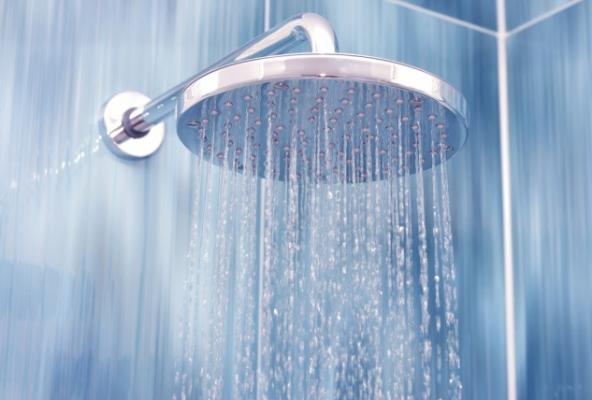كيف تؤثّر درجة حرارة الماء على الشّعر؟