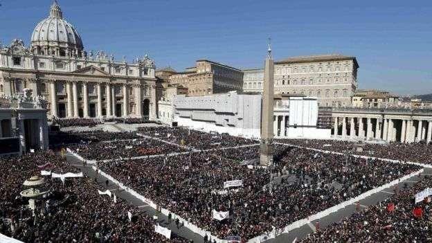 عدد سكان دولة الفاتيكان ونسبة المسلمين والأديان الأخرى فيها