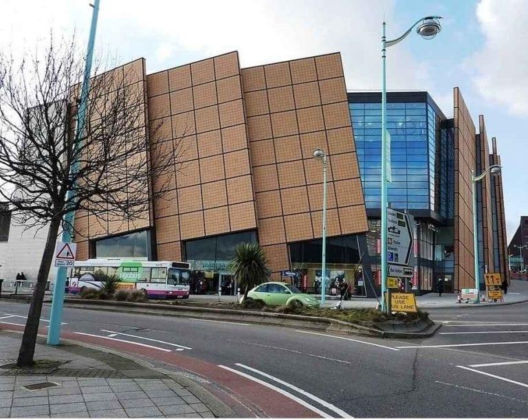 """""""مركز المدينة"""".. أحد أهم معالم السياحة في بليموث البريطانية .."""