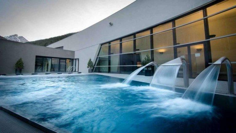 حمامات السباحة الداخلية
