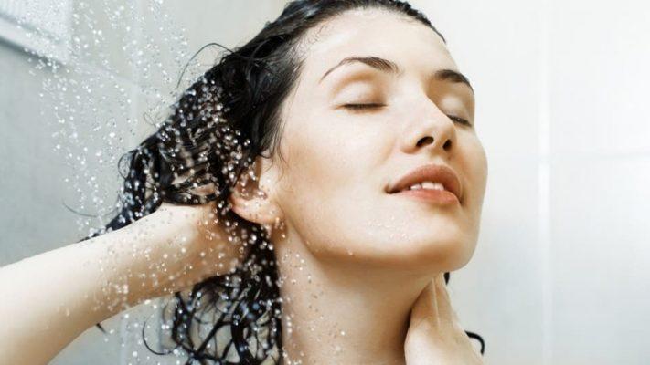 هل غسل الشّعر بالماء البارد يجعله ينمو أسرع؟